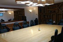 móveis de pinho de Riga , com lustre em formato de améba