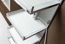 Accesorii organizare interioară pentru Bucătărie / Atât ARRITAL Cucine cât și Zampieri Cucine propun o gamă variată de accesorii interioare pentru mobilierul de bucătărie: coloane extractibile pentru cămară; coșuri extractibile; cămară complet extractibilă pentru corp de colț; sertare interioare; organizatoare pentru tacâmuri, veselă, condimente, oale și capace; blat extractibil; uși retractabile (tip pocket)