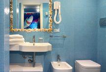 SHARKY ROOM / Realizzata nel 2010 in collaborazione con l'Acquario di Cattolica, è una divertentissima camera a tema marino in cui il vostro bimbo sarà l'ospite d'onore! - Built in 2010 in collaboration with the Cattolica Aquarium, this is a fun sea-themed room where your children are the guests of honour!