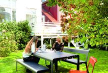 Fermob bei Quadrat Einrichtungen / Fermob bietet ein breites Produktangebot an Gartenmöbeln und Accessoires an. Stühle, Tische und Sonnenliegen bunt und aus Metall, in traditionellem oder modernem Stil, zum harmonischen Mischen oder mutigen Kombinieren, für alle Gärten und Terrassen. Für einen Außenbereich, der zu Ihnen passt.