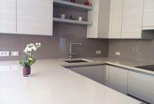 Neutrale kleur keuken achterwand - Neutral colours splashback / Neutrale kleuren die mooi zijn als glazen keuken achterwand. Neutrale kleuren zijn tijdloos en geven de keuken een luxe uitstraling.