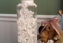 bottiglie decorate e tazzine
