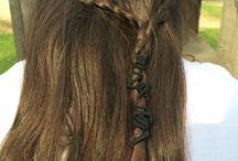 Sommer Frisuren / Man flechtet  zwei dünne Zöpfe und mach die am Ende mit einem Haargummi fest und die restlichen Haare bleiben offen