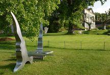 Manuel Torres - sculpteur dans les Jardins du Château de Vullierens / Manuel Torres est un sculpteur d'origine espagnol basé à Genève (Suisse). Ses sculptures sensuelles et poétiques, souvent en acier inoxydable ou en fer, évoquent la dualité homme-femme.