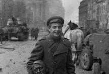 Фотографии Евгения Халдея / Снимки одного из известнейших и талантливейших советских фотографов и военных фотокорреспондентов Евгения Халдея(1917—1997). Он был мастером композиции и фотомонтажа, что делает его работы классикой советской и мировой фотожурналистики.