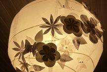diy abat jour , boule japonaise en papier / à partir d'une boule japonaise en papier  , j'y ai collé des fleurs et des papillons en papiers , plus quelques strass .