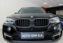 Auto- Sim S.A. - BMW X5 / AUTO-SIM S.A. to firma profesjonalnie zajmująca się sprzedażą, odkupem oraz wynajmem długoterminowym samochodów segmentu Premium (limuzyny, auta sportowe i terenowe).   Firma istnieje na rynku od roku  2001, a tworzy ją zespół ludzi związanych z motoryzacją od wielu lat. Nasz zespół to profesjonaliści posiadający duże doświadczenie w branży, ale przede wszystkim ludzie z pasją…