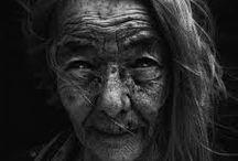 Lee Jeffries / Jeffries fotografa questi uomini e donne, variamente esclusi dalla società, nella loro vita quotidiana da sopravvissuti, realizzando meravigliosi ritratti frontali in bianco e nero.