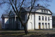 Pawłowo - Pałac / Pałac w Pawłowie wzniesiony na początku XIX w. Przed II wojną światową w pałacu funkcjonowała szkoła rolnicza, w której zajęcia dla okolicznej młodzieży odbywały się tylko porą zimową (pozostałe pory roku uczniowie spędzali na pracach polowych). Po II wojnie światowej pałac początkowo należał do Międzynarodowego Funduszu Leasingowego z Olsztyna. Obecnie należy do prywatnych inwestorów z Gdyni i jest w trakcie remontu przystosowującego go do pełnienia funkcji hotelowo-gastronomicznych.