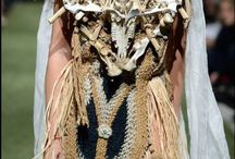 Kondylatos costume jewellery featured @ catwalk-mag.com / Kondylatos costume jewellery featured @ catwalk-mag.com Kondylatos for Do it Eco H Βίκυ Κουλιανού με το φορεμα – κοσμημα «Αμαζόνα» Το κοστούμι «Αμαζόνα» του Περικλή Κονδυλάτου θυμίζει μια πολεμική στολή φτιαγμένη από στοιχεία της φύσης. Όλο το κοστούμι έχει σαν βάση μια πλεκτή ποδιά από μαλί σε πλέξη παραδοσιακού Ελληνικού υφαντού, και επάνω εκεί έχει στηθεί το ρούχο