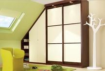 """Soupentes """"ANIS"""" / """"Un esprit gai et moderne pour un petit espace""""   Dans cette chambre mansardée, le dressing s'adapte parfaitement à la pente du toit et souligne le savoir-faire de Qudaro. Portes claustra en verre laqué ivoire."""