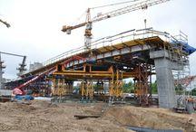 Most drogowy w Toruniu cz.3 / Trwa kolejny etap budowy mostu drogowego w Toruniu w ciągu DK1 wraz z estakadami dojazdowymi (wcześniejszy etap budowy prezentowaliśmy w lutym br). Obecnie realizowana jest m.in. bramka przejazdowa nad Szosą Lubicką. Do realizacji zadania wykorzystywane są blachownice TAC-1200 o dużej nośności, wieże MK oraz wsporniki na bazie systemu MK. Bramka podpiera wykonywany obecnie ustrój nośny estakady Żółkiewskiego.