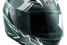 AGV Skyline / The Skyline encompasses all the GT characteristics of the Horizon (comfort, sun visor, communication system, etc.) but the absence of the top air vent, a micrometrically adjustable strap instead of a DD system and its more reserved graphics make it appeal to a wider range of people in terms of age,and gender, who better ride Naked bikes