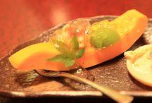 Sélection Gastronomie / Pour nous les français, la gastronomie fait partie intégrante de notre quotidien, alors bien manger en voyage et surtout découvrir de nouvelles saveurs à l'autre bout du monde est essentiel. Faites voyager vos papilles avec ces plats gastronomiques inspirants !