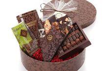Nos coffrets cadeaux / Nos idées cadeaux tout chocolat Pour faire plaisir à un ou plusieurs gourmands, quoi de mieux qu'un coffret cadeau garni de chocolats ? Du plus original au plus classique, des petits aux très gros coffrets, découvrez ces idées de cadeaux 100% chocolat qui se dégustent aussi avec les yeux.
