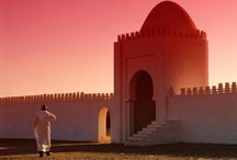Vacances au Maroc / Bordé par l'océan Atlantique et la mer Méditerranée, le Maroc est un pays de contraste. Car si le pays est traversé par un désert aride, il compte également avec le massif de l'Atlas, un point culminant à 4167. Avec ses souks, ses riads, ses médinas et la chaleur de ses habitants, le Maroc offre un vrai dépaysement.