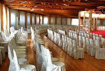 Αίθουσα Διόνυσος / Ένας ζεστός χώρος με ρομαντική ατμόσφαιρα σε διακόσμηση ξύλου και πετράς, άνετος με ιδιαίτερο φωτισμό και οπτικοακουστικό εξοπλισμό.  Η αμφιθεατρική δομή του δημιουργεί ένα φιλόξενο και εντυπωσιακό σκηνικό για αξέχαστες κοινωνικές και εταιρικές εκδηλώσεις.