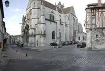 Moret-sur-Loing / Moret-sur-Loing est située en lisière de la forêt de Fontainebleau, aux bords du Loing.