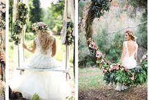 Kwiatowe huśtawki na przyjęciu weselnym / Czy w wirze ślubnych przygotowań nie marzycie czasem by cofnąć się do beztroskich dziecięcych lat i zapomnieć o wszystkim bujając się na huśtawce? A co myślicie o pomyśle wykorzystania huśtawek jako dekoracji Waszego przyjęcia ślubnego? Najpiękniej prezentują się te, dekorowane żywymi kwiatami. Będą idealnie pasować do przyjęcia w klimacie romantycznym, rustykalnym, boho czy vintage.