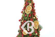 Flori și aranjamente de Crăciun / Aranjamente de Crăciun și buchete speciale pentru sărbătorile de iarna. Craciunul este cea mai mare sărbătoare a creştinilor, prilejul ce adună familia la aceeaşi masă şi ne face să fim mai buni, celebrează Crăciunul cu un aranjament floral specific, în care mirosul de brad şi ornamentele vor aduce pe masă o atmosferă de sărbătoare.