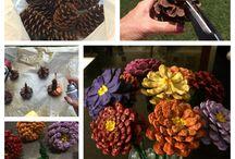 fiori con le pigne e altro materiale