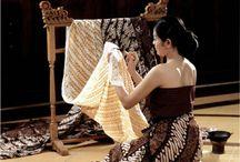 Mijn BATIK Outfit / Batikken (van: veel puntjes in het Javaans) is een manier om lappen textiel met verf van een decoratie te voorzien, waarna deze lappen als kleding kunnen dienen. Batik kan echter ook een kunstvorm zijn voor wandkleden. Batikken is een heel oude kunstvorm. Er zijn doeken gevonden in het Midden-Oosten, in India en Centraal-Azië van meer dan 2000 jaar geleden.