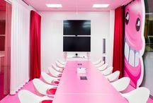 Uma volta pelo escritório do Candy Crush! / Escritório do Candy Crush em Estocolmo, na Suécia. Foi projetado pela agência de interior design Adolfsson & Partners, com ambientes criados à imagem do jogo.  São 2 andares super coloridos, divididos em diferentes áreas temáticas inspiradas pelas fases de Candy Crush, paisagens e personagens do game.