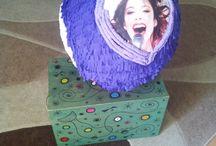 Pinata Violleta / Pinata facuta din balon. Dimensiuni mari. Are pe o parte o chitara pe cealalta parte poza cu Violetta.
