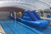 Hinchable en piscina cubierta