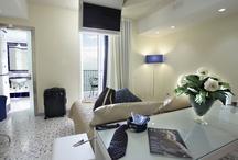 Camere - Rooms / Dopo una giornata in giro per il centro storico di Salerno o una bella passeggiata a Vietri sul Mare c'è bisogno di un ambiente rilassante e accogliente, elegante e allo stesso tempo familiare come quello delle camere del Lloyd's Baia Hotel per potersi veramente rilassare.