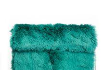 Изумрудный цвет / Зеленый цвет и все его оттенки являются трендовыми несколько лет подряд. Нынешний сезон не исключение:  в коллекциях крупнейших модных домов, таких как Christian Dior, Giorgio Armani, Valentino  вы встретите летящие шелковые платья, элегантные брючные костюмы и разнообразные аксессуары в приглушенной зеленой гамме. Идеально сочетается с черным, глубоким синим и актуальным бордовым цветом. Для создания остромодного образа дополните изумрудный total-look помадой винного оттенка.