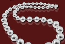 Joias com Bolas / O Romantismo está no ar, e as joias com bola retratam bem este estilo!