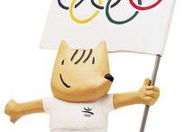 Estudio Mariscal / Javier Mariscal diseñador multidisciplinar español. En 1979 diseña el logotipo Bar Cel Ona, un trabajo que le aporta popularidad. Al año siguiente, abre en Valencia el primer bar firmado por Mariscal, junto a Fernando Salas, el Dúplex, para el que diseña una de sus más famosas piezas, el taburete Dúplex, auténtico icono de los ochenta. En 1989 el diseño de Cobi es elegido como mascota para los Juegos Olímpicos de Barcelona 1992.