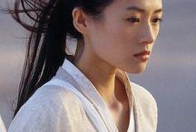 Zhang Ziyi / Stella della cinematografia orientale, il suo status può essere assimilato a quello di Gong Li, a cui la unisce un'amicizia e la particolare relazione con il grande regista Zhang Yimou.