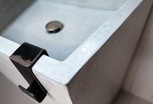 Lavabi / I materiali utilizzati sono naturali al 100% e rispettano l'ambiente; tra questi il tadelakt, la calce, il legno e il ferro che sono stati calibrati per dare un'anima naturale all'intera linea e per essere adatti alle esigenze stilistiche moderne. Ogni elemento è modellato a mano e presenta quelle lievi differenze che lo rendono irripetibile, unico e allo stesso tempo poetico. Design Vincenzo Catoio