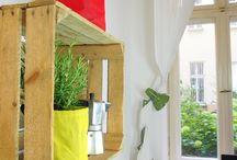 """Die Obstkiste - der DIY Allrounder / Das Spannende an der Welt des Urban Gardening ist ja, dass man die unterschiedlichsten Komponenten miteinander kombinieren kann. Hochwertiges Design macht sich wunderbar neben lässigen DIY-Elementen. Ein wunderbares Beispiel für so einen """"Do-It-Yourself""""-Allrounder ist die Obstkiste, die sich  mühelos zu einer coolen Pflanzkiste verwandeln lässt. Ob in grellen Farben bemalt oder naturbelassen - sie erfüllt ihren Zweck und lässt sich nach Gusto individuell gestalten."""