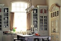 Arched Windows / Arched window come in a variety of shapes and sizes to suit any home decor. Find our favorite arched window ideas here.