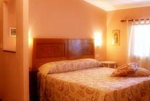 Rooms / The Hotel Orto di Roma has rooms each different from the other in color.  L'Hotel Orto di Roma dispone di camere tutte differenziate tra loro nei colori, negli arredi artigianali e nelle dimensioni.