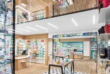 Farmacia Beduschi - Borgo Virgilio / Un luogo in cui la scelta delle forme, dei materiali e dei colori è eccezionalmente vintage e riporta i clienti alle magiche atmosfere degli Anni '50. Spazi ampi e regolari, decori optical, colori vintage e bianchi pervasivi, una predilezione per i materiali naturali e giochi di riflessioni. #pharmacy #design #farmacia #retail #pharmacie #interiordesign