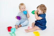Doidy Cup / Doidy Cup é o copo a ter numa casa com um bebé! Apresenta um formato ergonómico inovador que ajuda o bebé a aprender a beber de forma natural de um copo. De forma segura e com menos acidentes pelo caminho, permitindo ao bebé ver o seu conteúdo e ajudando na coordenação visão-pega. Para além de um design incrível com inclinação e pegas laterais não apresenta quaisquer químicos na sua composição. | Disponível em www.rebento.pt