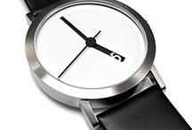 """Normal Timepieces / Co je """"normální""""? To je otázka vhodná k otevřeným debatám filozofických řečníků. Je tolik odpovědí, jako je lidí. Japonská značka hodinek Normal Timepieces pod vedením designera Rosse McBrida, vytvořila unikátní modely hodinek v duchu minimalistického designu. Produkty které si vybíráme a obzvláště produkty které nosím s sebou odrážejí naši individualitu a obohacují každého z nás. Hodinky Normal Timepieces jsou hodinky pro ty z nás, kteří se chtějí vymanit z """"normálu""""."""
