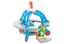 Hape Toys / Hape Toys je jedním z největších světových výrobců hraček vyrobených z obnovitelných materiálů. Jsou tedy ekologicky šetrné. Všechny výrobky splňují nejpřísnější mezinárodní standardy pro kvalitu a bezpečnost při současném zachování inovativního designu a precizní kvality.