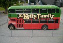 """kelly family / De familie verliet in 1966 de VS om voor een aantal jaar in Spanje te gaan wonen.[2] De familie maakte hier in 1975 onder de naam """"Kelly Kids"""" haar televisiedebuut. Hierna traden de leden in Europa op als straatmuzikanten,"""