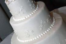Wedding Cakes / They say some brides give more attention to their wedding cakes then to their wedding gown and we encourage that 100%! The wedding cake should be the centerpiece of your wedding reception and Sweet Lisa's is dying to help you pick the perfect cake for your special day. From traditional to over-the-top, your wedding cake is made to order and should be one of the things that will be remembered for a lifetime. Both for the look and the taste.