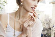 Paris / Le mannequin Elena Shilkinova pose avec les bijoux de la collection Éternelle d'Une Ligne devant la Tour Eiffeil