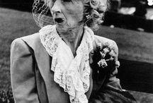 Lisette Model / Se relaciona con el grupo Photo League así como con Paul Strand, Edward Wenston, Berenice Abbot, con quienes expuso en el MOMA de Nueva York.  En los años cuarenta, coincidiendo con su traslado a un apartamento de Greenwich Village, empieza una serie de reportajes de la vida cotidiana, ya sea en la calle, o frecuentando bares, cafés y cabarets.