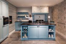 Klassieke Keukens / Houd u van een klassieke nostalgische stijl? Dan bent u bij Diepeveen Keukens en Badkamers op het juiste adres! Wij kunnen u optimaal adviseren in wat er mogelijk is in uw ruimte om de klassieke nostalgische stijl naar boven te brengen. Kom de sfeer proeven in onze showroom. Wij zien u graag tegemoet!