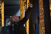 Cork light / Cork light è la prima serie di lampade interamente rivestite in sughero. La collezione riprende, stilizzandole con elementi geometrici semplici, le forme delle querce da sughero, portando in città la suggestione delle foreste portoghesi.  Il risultato è una lampada che crea un'atmosfera unica, immediatamente riconoscibile, non comparabile con altri prodotti attualmente in commercio.