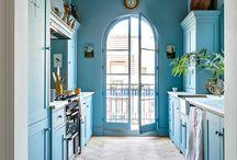 Azul como el mar / Un color que lo invade todo. Decoración, tapicerías, telas, papeles pintados. Todo en azul.