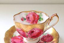 Taza dorada con rosas